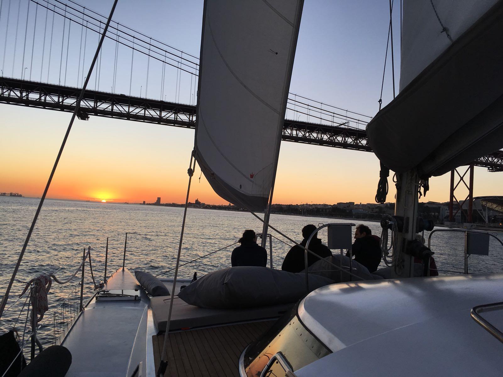 Fiesta en barco en Lisboa. Catamarán en Lisboa. Paseo en barco por el río Tajo. Despedida de soltero en Lisboa