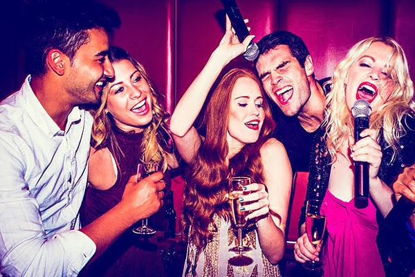 Despedida de soltero en Valencia. Karaoke party en Valencia. Despedida de soltero y soltera en Valencia