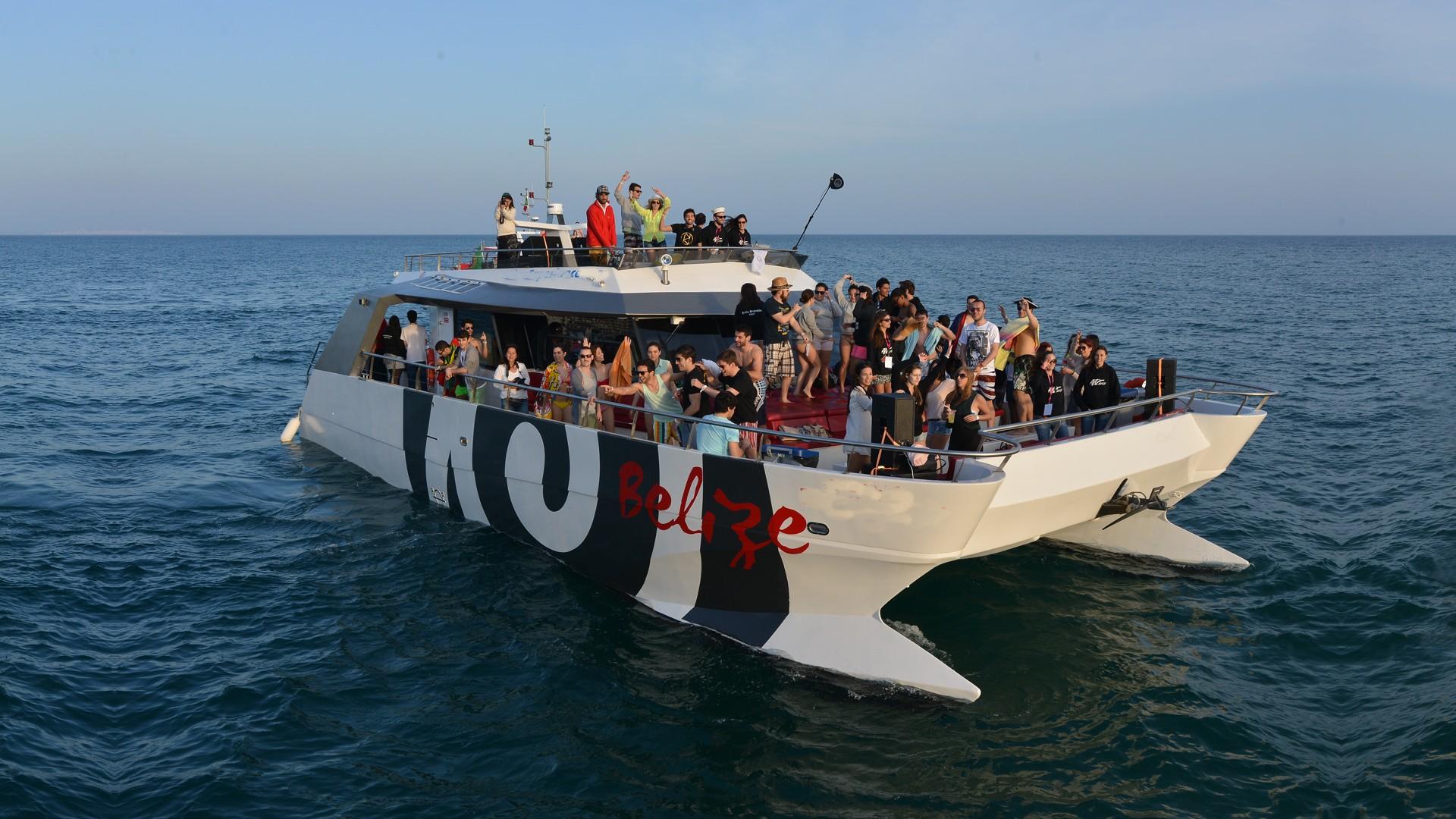 Fiesta en barco en Albufeira con barbacoa puesta de sol. Fiesta en barco en el Algarve. Despedidas de soltero y soltera en el Algarve