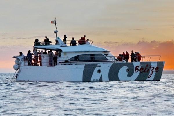 Fiesta en catamaran en Albufeira. Fiesta en catamaran en el Algarve. Despedidas de soltero y soltera en el Algarve