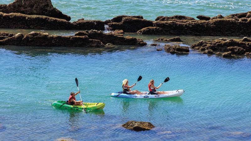 Kayak y paddle surf en Albufeira. Kayak y paddle surf en barco en el Algarve. Despedidas de soltero y soltera en el Algarve