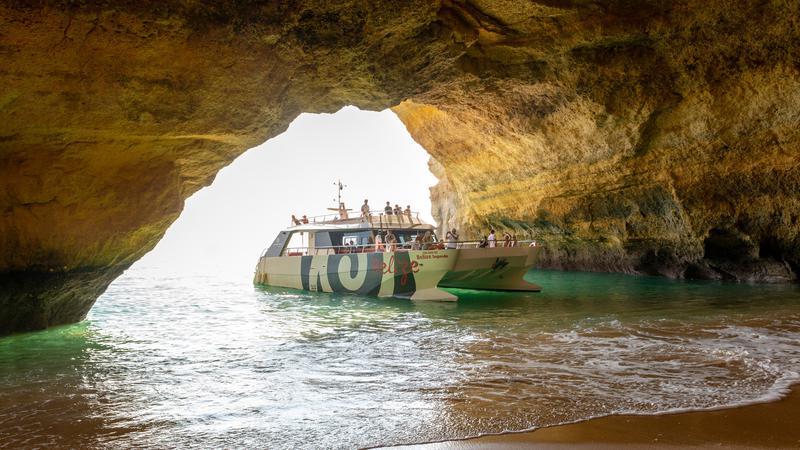 Ruta en barco Cuevas y Costa. Fiesta en barco en el Algarve. Despedidas de soltero y soltera en el Algarve