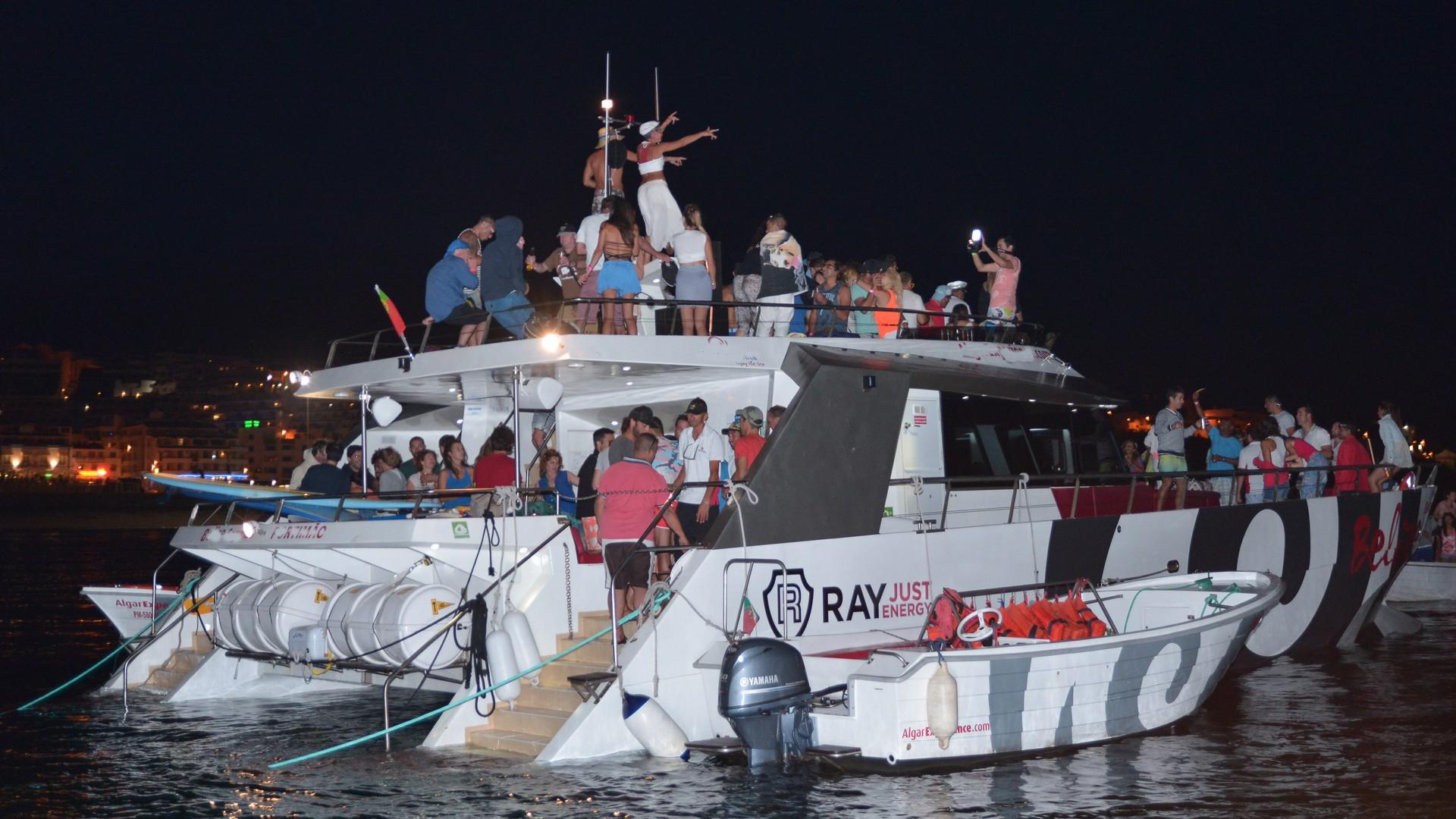 Ruta en barco delfines y barbacoa en Albufeira. Fiesta en barco en el Algarve. Despedidas de soltero y soltera en el Algarve